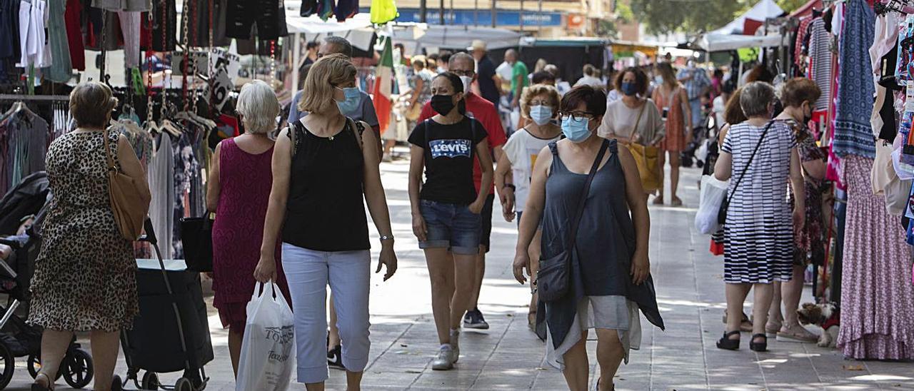 Vecinas de Xàtiva pasean por el mercado ambulante en una imagen de este verano | PERALES IBORRA