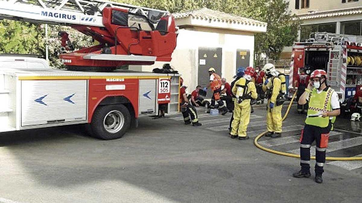 Bombers de Mallorca sofocan, ayer, el incendio en la residencia de ancianos de Calvià.