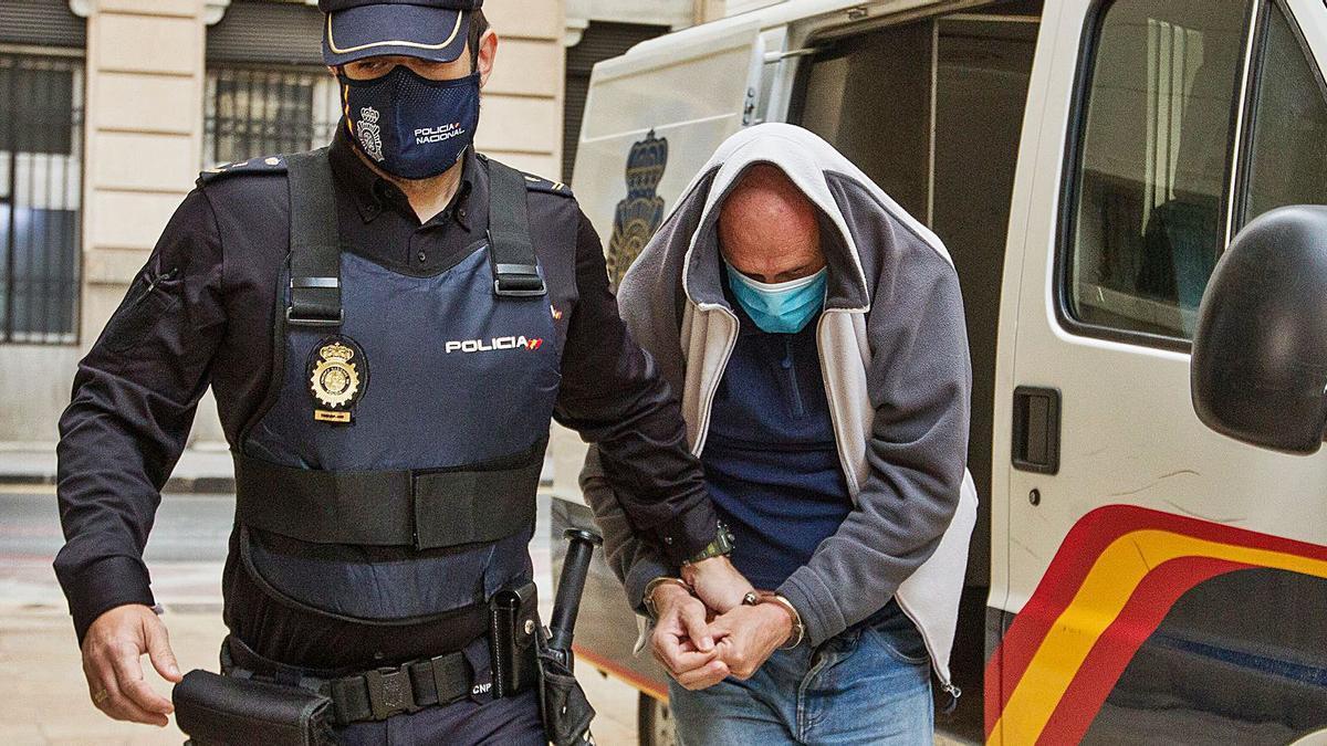 El asesino confeso de su exmujer en Elche, ayer, al llegar a la Audiencia para la segunda sesión del juicio.