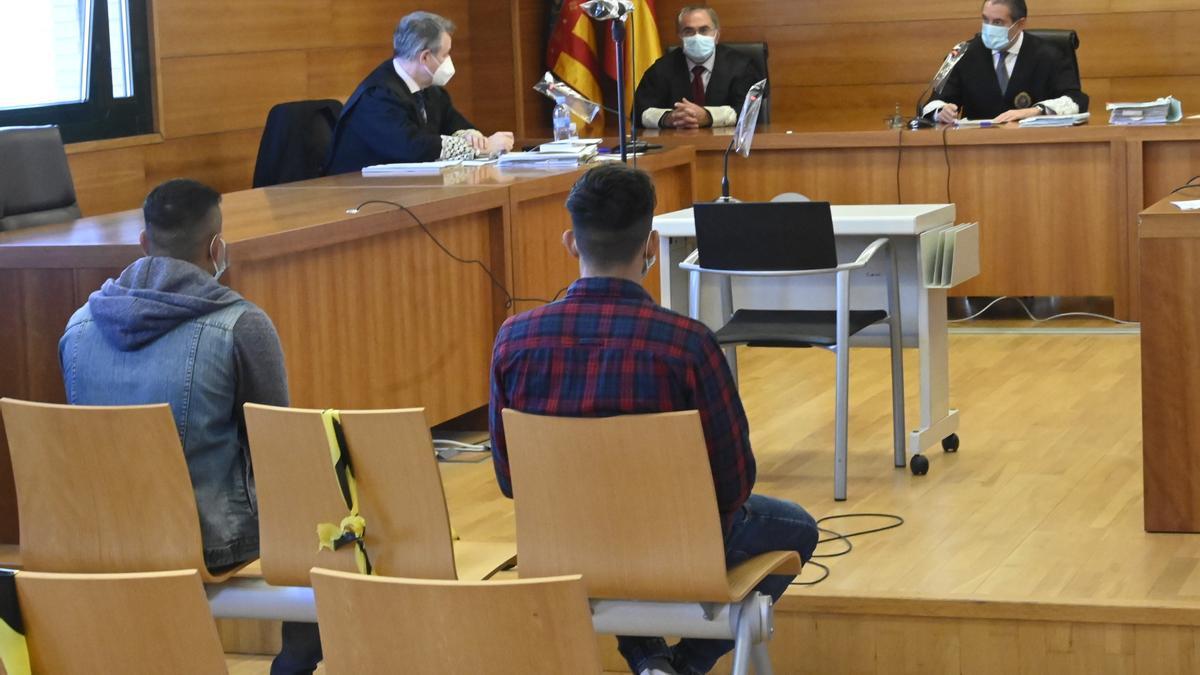 Imagen de los procesados, durante su juicio en la Audiencia por la violación de la menor.