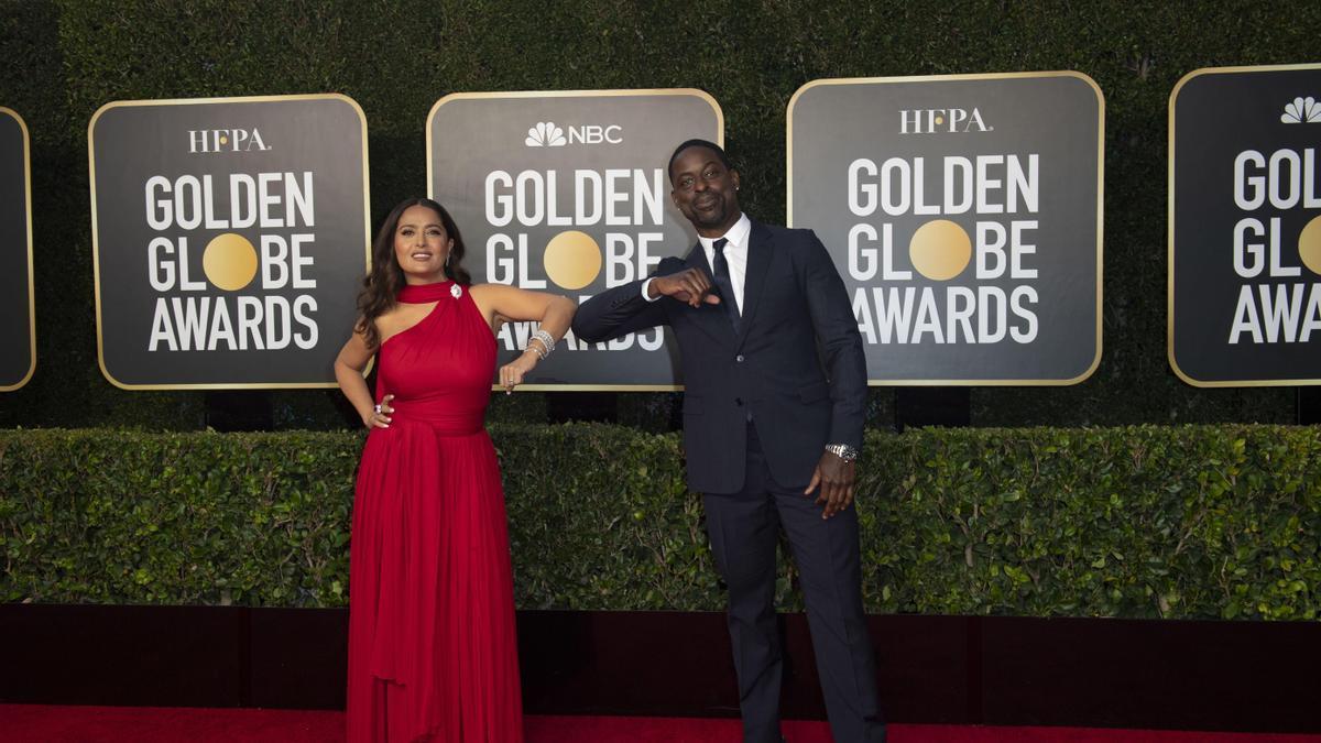 Salma Hayek y Sterling K. Brown posan en la alfombra roja de los Globos de Oro