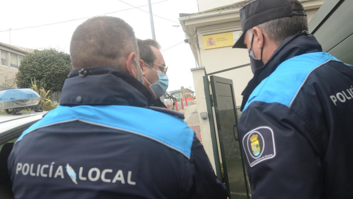 Diego Silva Charlín escoltado por dos agentes de la Policía Local de Vilanova.