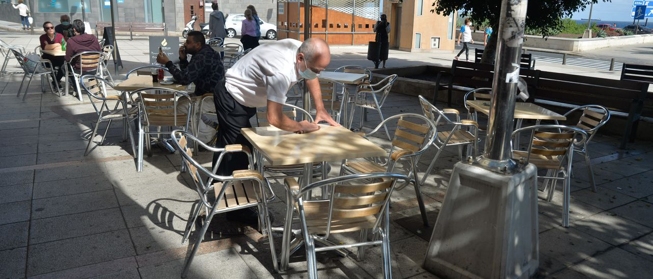 Un camarero en una terraza de Las Palmas de Gran Canaria