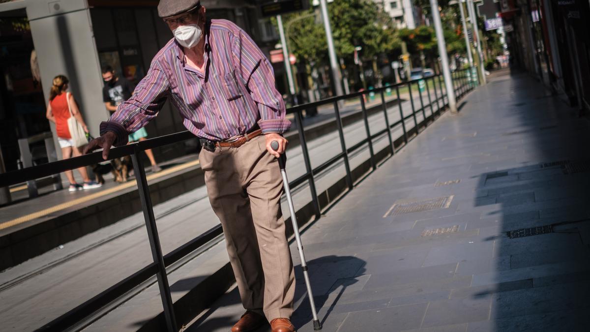 Un hombre pasea con su mascarilla por el centro de Santa Cruz de Tenerife.