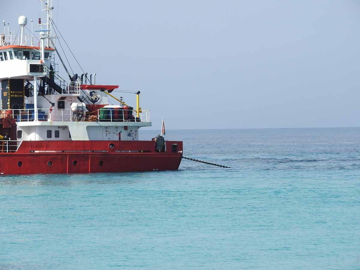Desencallan el mercante 'River Thames' tras más de cuatro horas de trabajo en Formentera