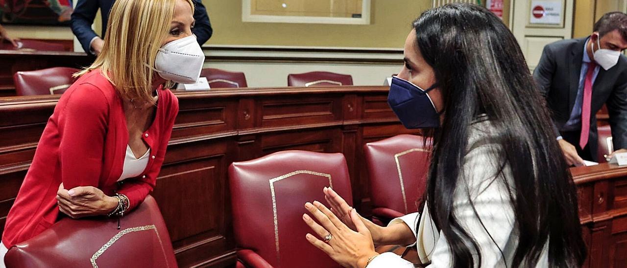 La diputada del PP, Australia Navarro, a la izquierda, charla con Vidina Espino en el pleno del Parlamento. | | MARÍA PISACA