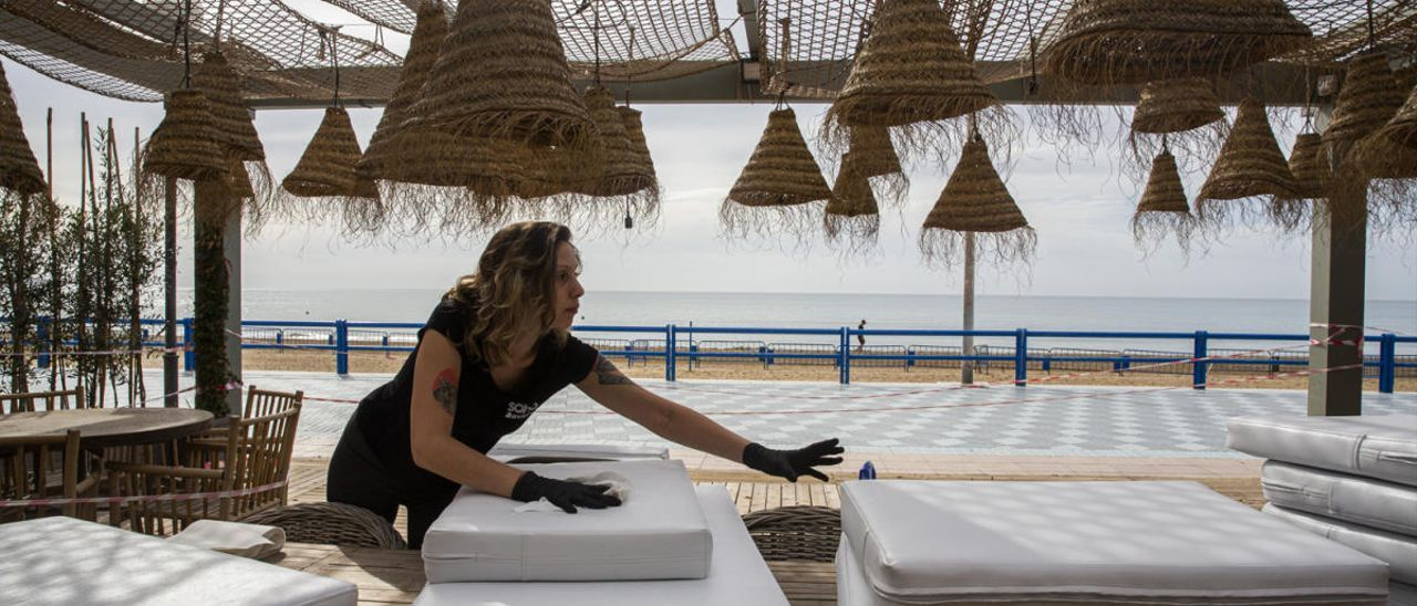 Preparativos en un terraza de la playa del Postiguet, esta mañana