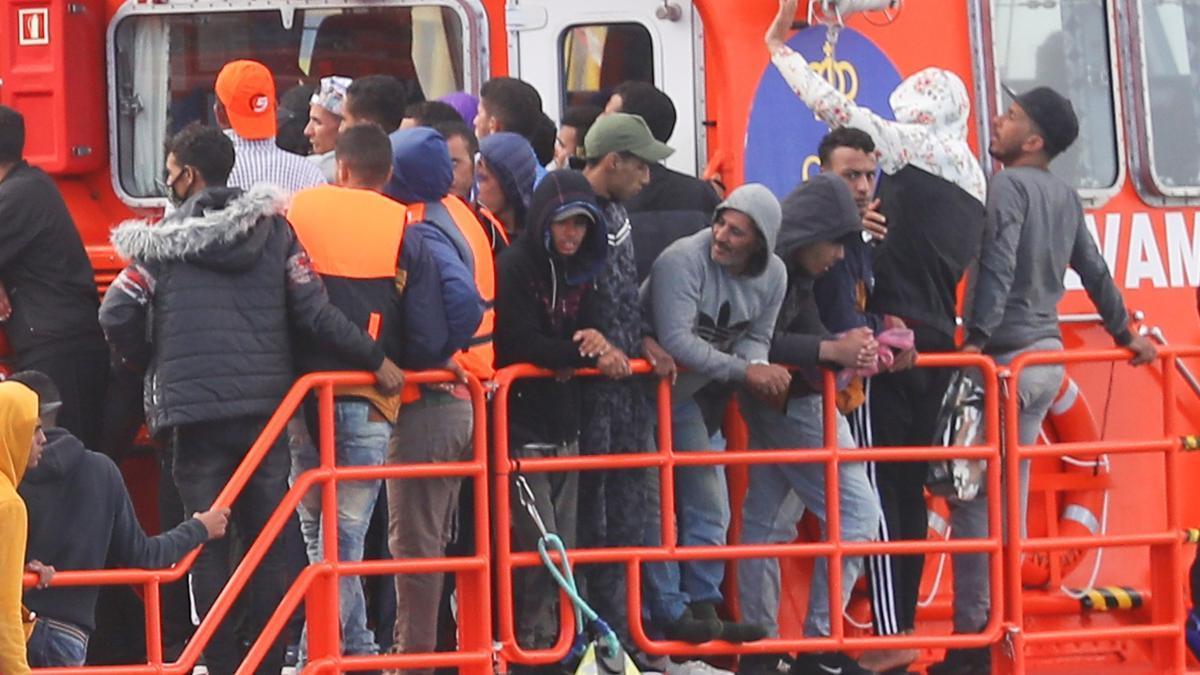 Llegada de la Salvamar Menkalinan al muelle de Arguineguín con más de un centenar de inmigrantes
