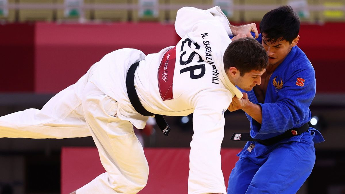 El judoca español Nikoloz Sherazadishvili cae ante el uzbeko Davlat Bobonov.