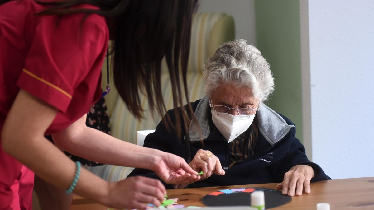 Una trabajadora realiza actividades con una residente