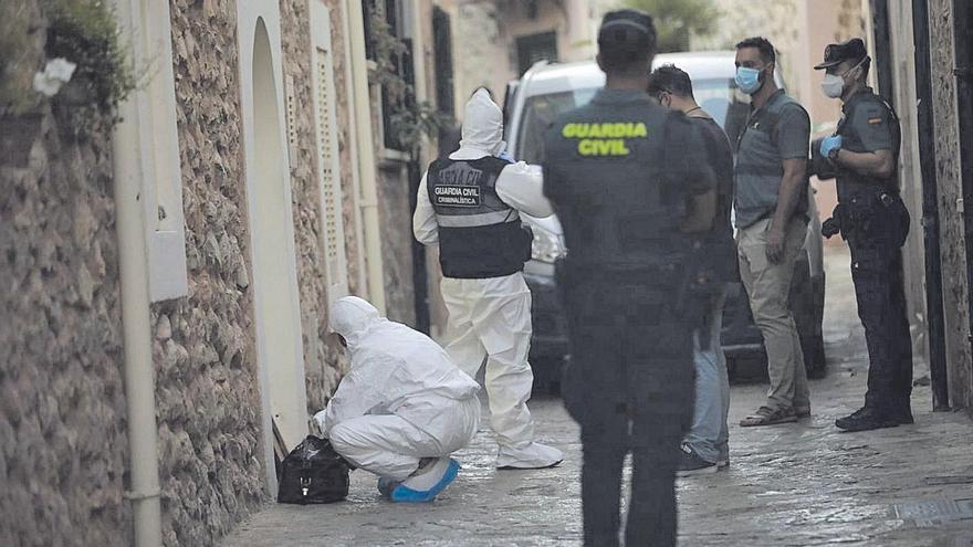 Agentes de la Guardia Civil, en la vivienda donde fueron hallados los cadáveres en Esporles.