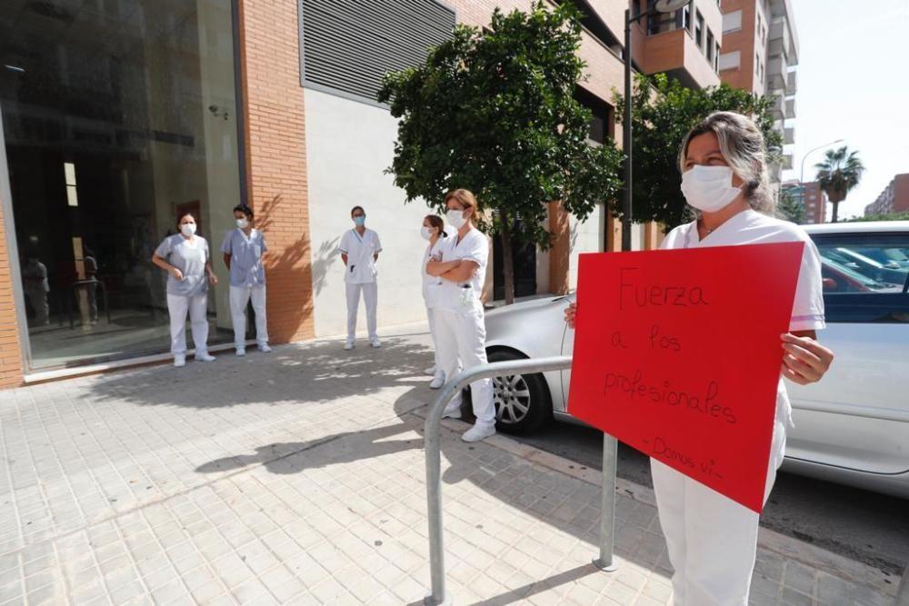 Minuto de silencio de los trabajadores en las puertas de la residencia Domus Vi