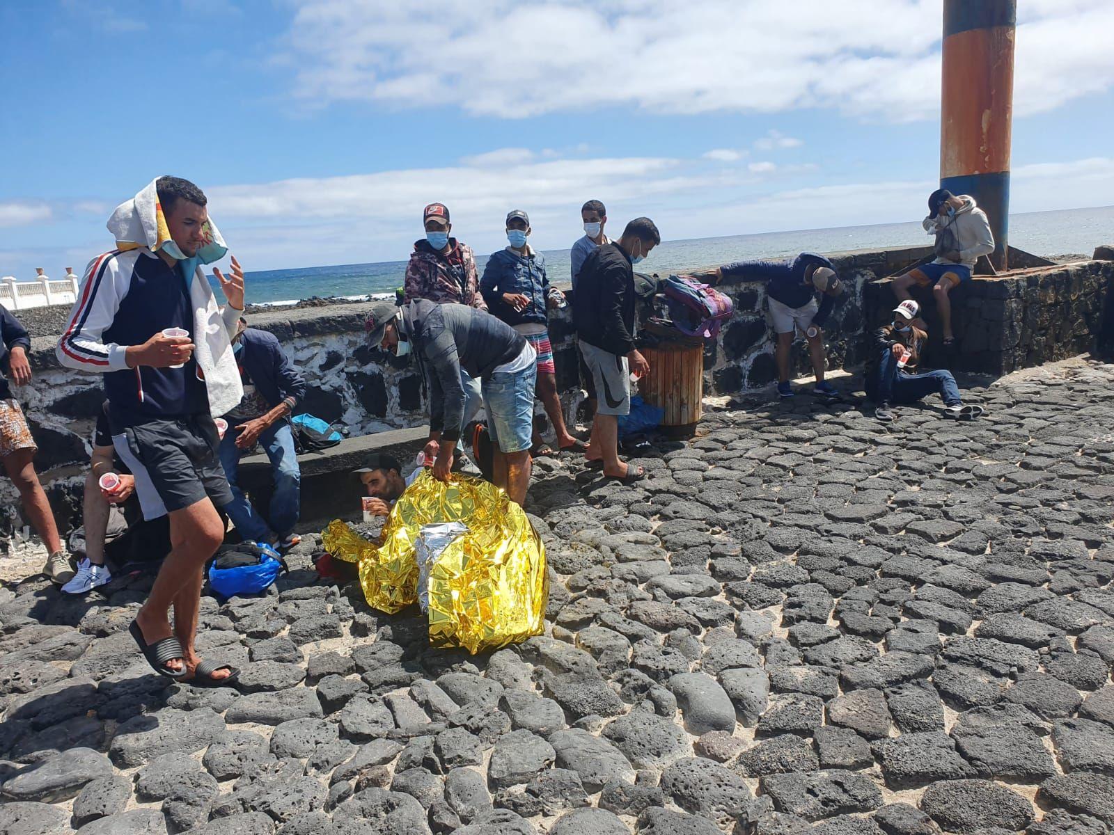 Llegada de una patera al muelle de Arrieta, en el municipio lanzaroteño de Haría (03/09/2021)