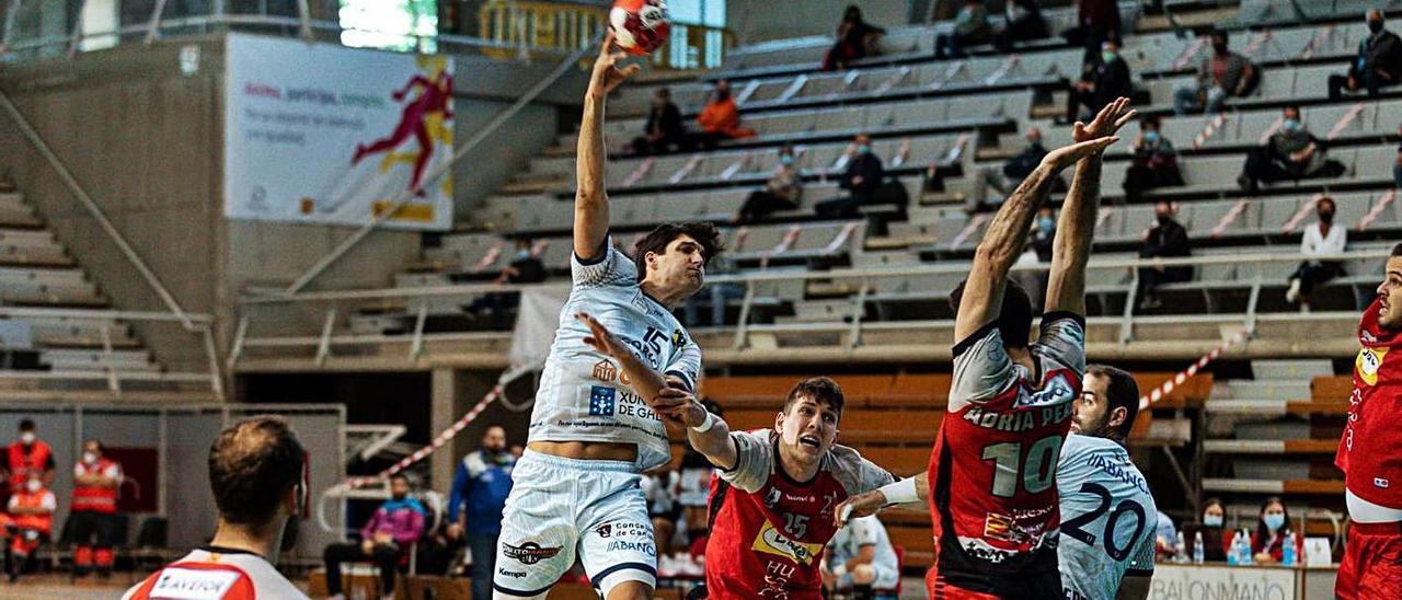 David Iglesias arma el brazo para lanzar en el duelo de ayer ante el Bada Huesca. |  // ANDREY SAPIZHAK/BM HUESCA