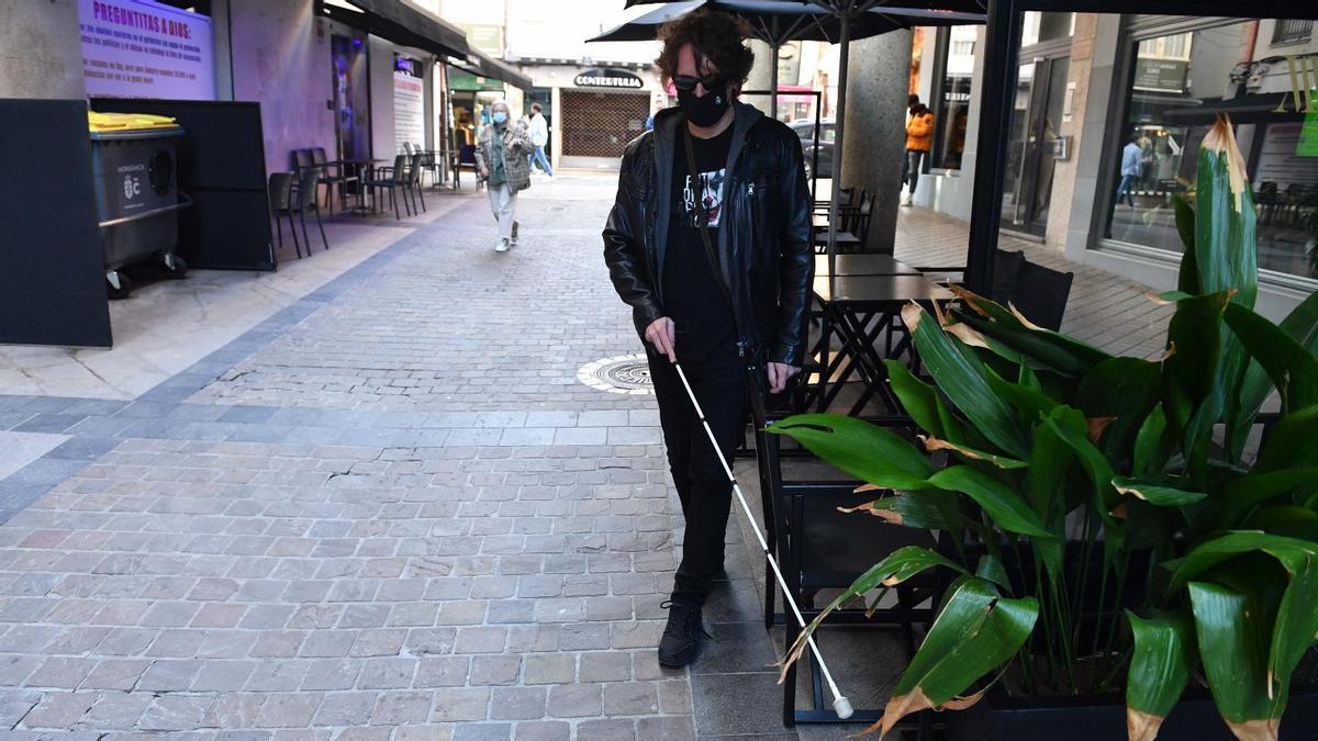 Suárez, junto a una de las terrazas que dificultan su caminata. |  // V. ECHAVE /