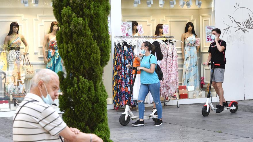 Córdoba prohibirá la circulación de patinetes y bicis por las aceras aunque habrá excepciones en grandes vías peatonales