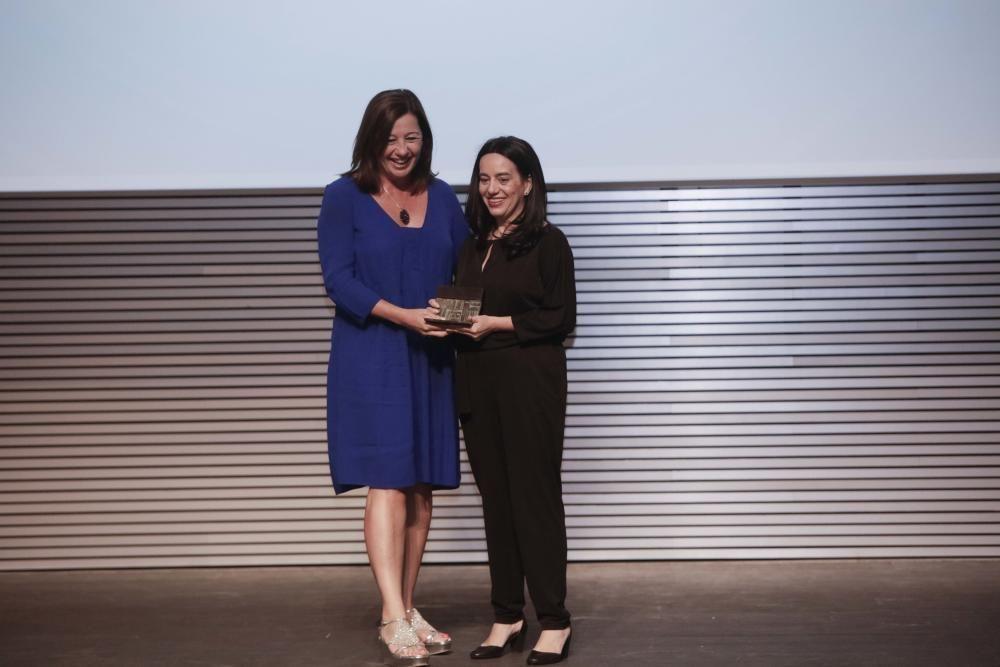 La presidenta del Govern, Francina Armengol, entrega el premio a Alicia Sintes