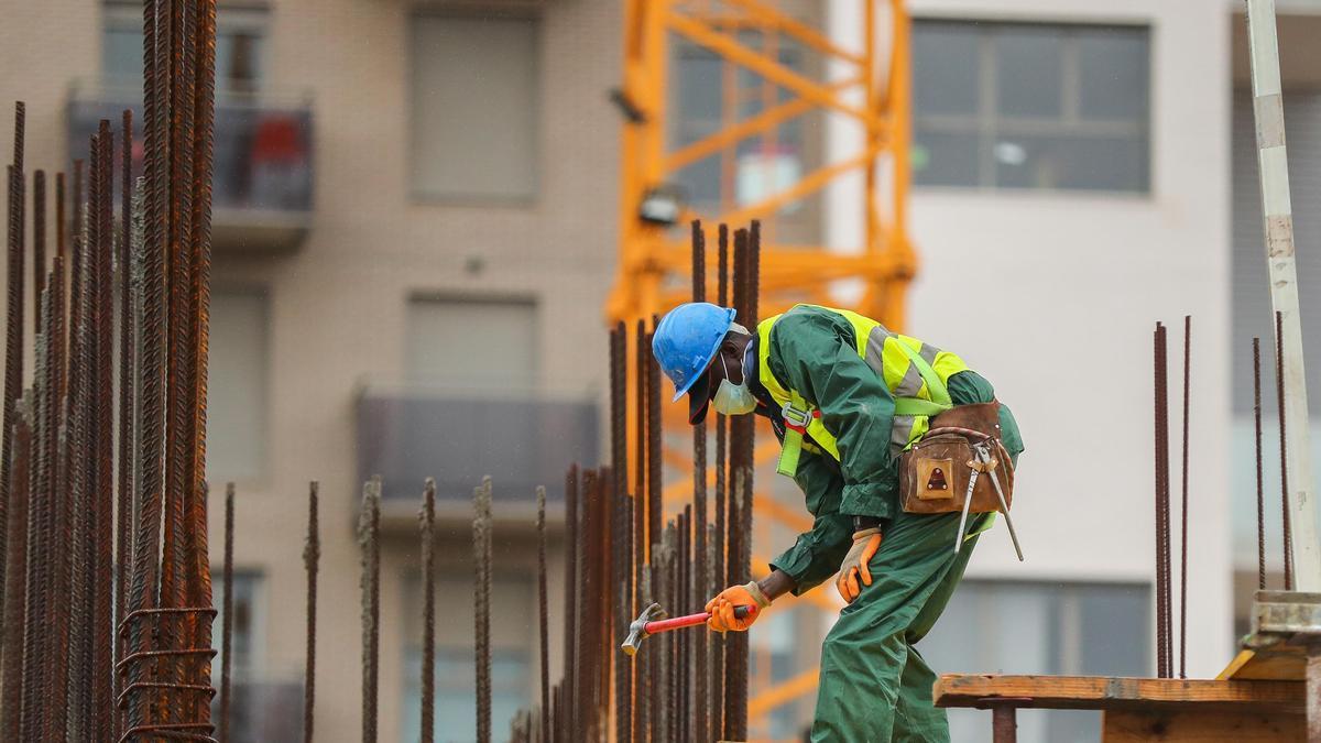 Un empleado trabaja en una construcción.