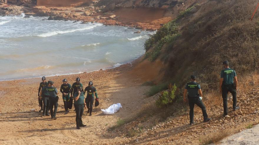 La Guardia Civil rescata en la cala de La Higuera el cuerpo del joven desaparecido en Torrevieja