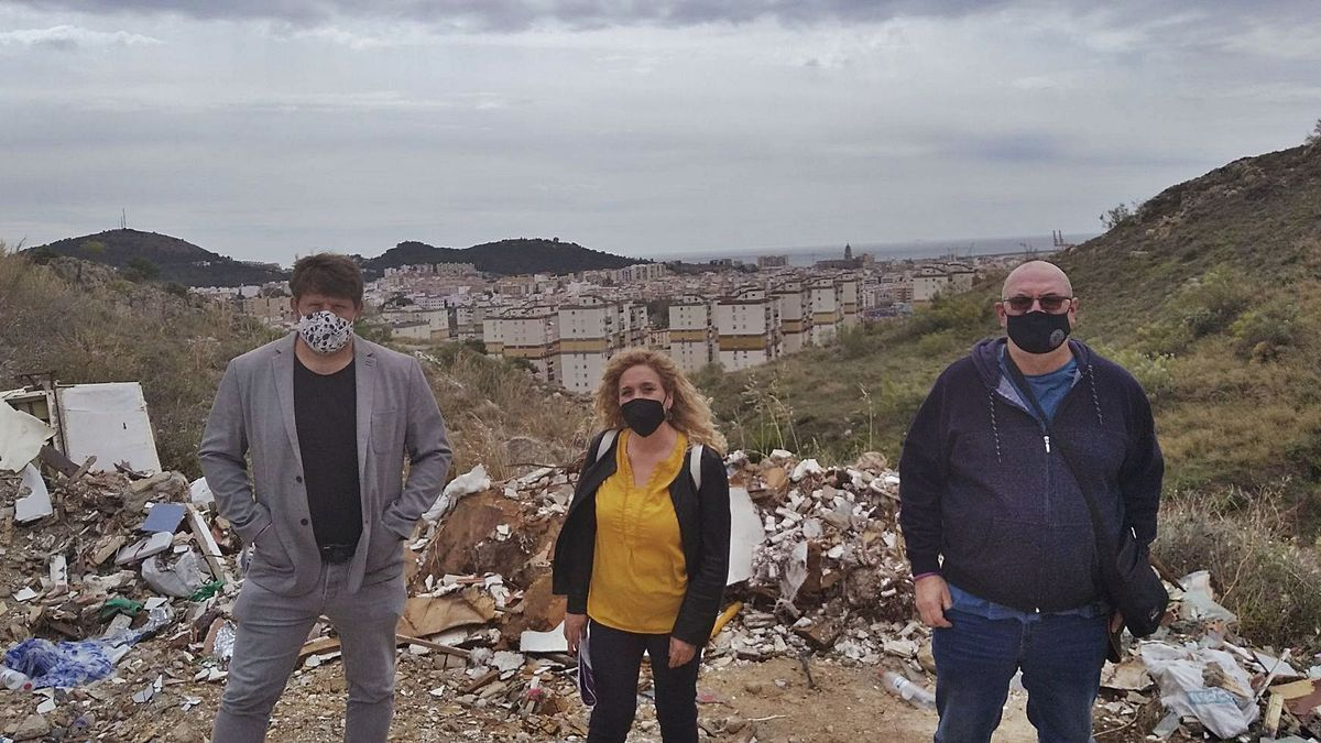Nicolás Sguiglia, Remedios Ramos y Juan Jiménez, de Adelante Málaga, junto a escombros en el Monte Coronado el miércoles.    A.V.