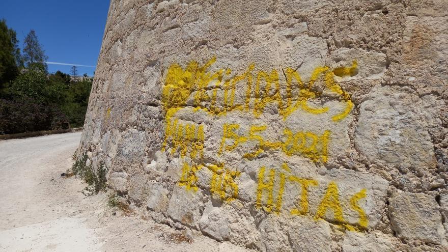 Los vándalos pintan el torreón del castillo de San Fernando tras su rehabilitación