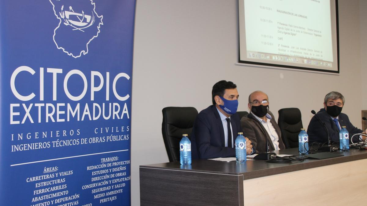 Rafael Pagés, decano del Citop; Juan Pedro Cortés, director del Master BIM; y Jesús Torrecilla, decano de la Escuela Politécnica.