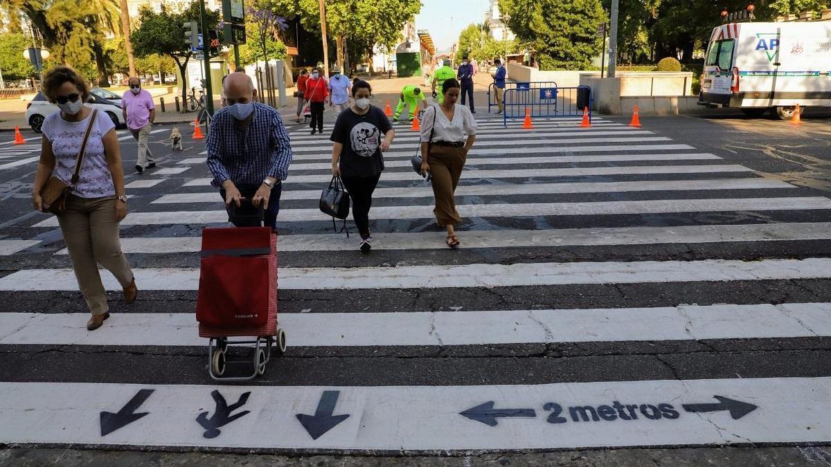 Comienzan a señalizar pasos de peatones que regularán el sentido de la marcha de los cordobeses