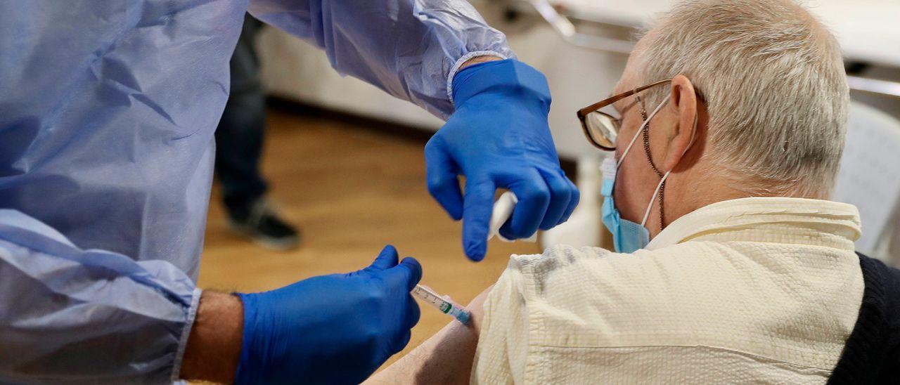 Un hombre se vacuna en Asturias