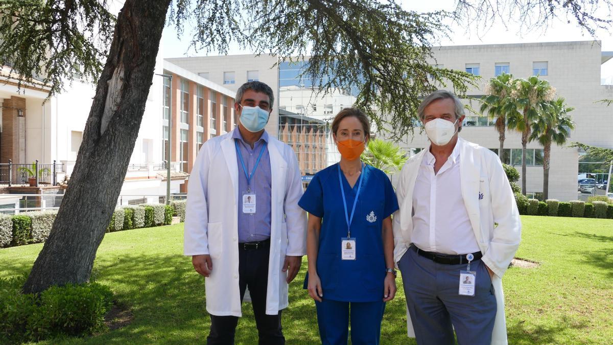 La enfermera estomaterapeuta junto al director de enfermería y el director médico del Hospital San Juan de Dios de Córdoba.