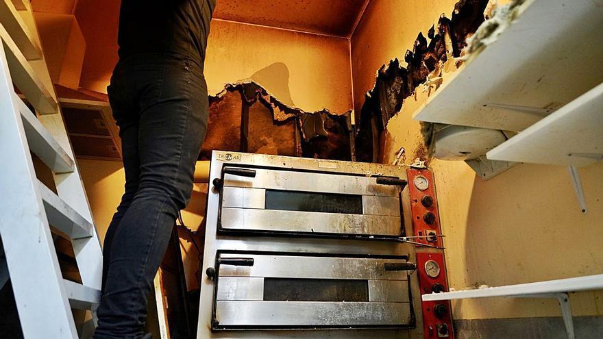 Un incendio calcina parte de la zona de hornos de la Pizzería Galega de Silleda