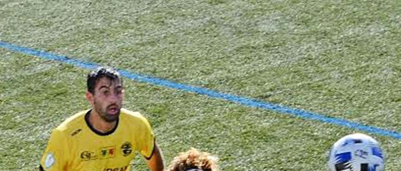 Pablo Corzo encima a un futbolista del Alondras.    // G. NÚÑEZ