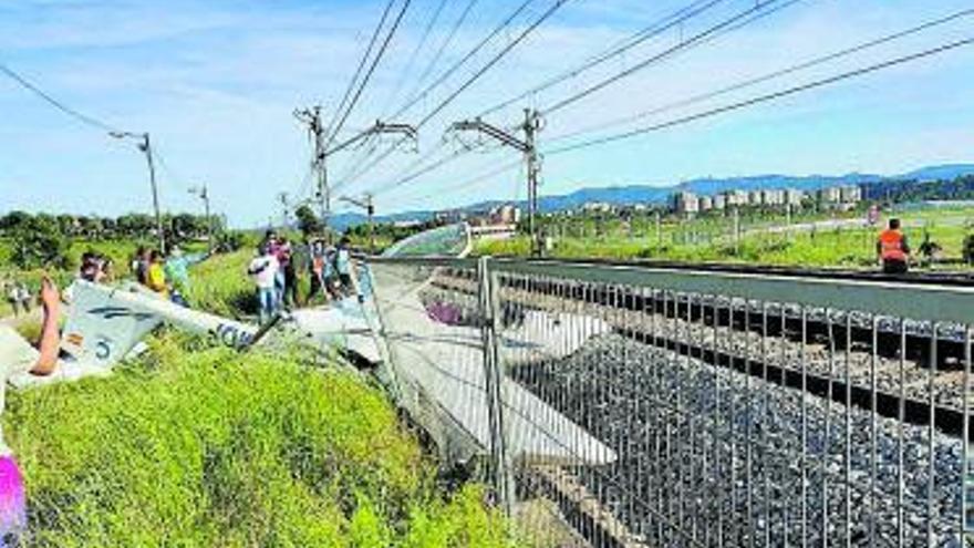 Una ferida en caure una avioneta sobre les vies de tren a Sabadell