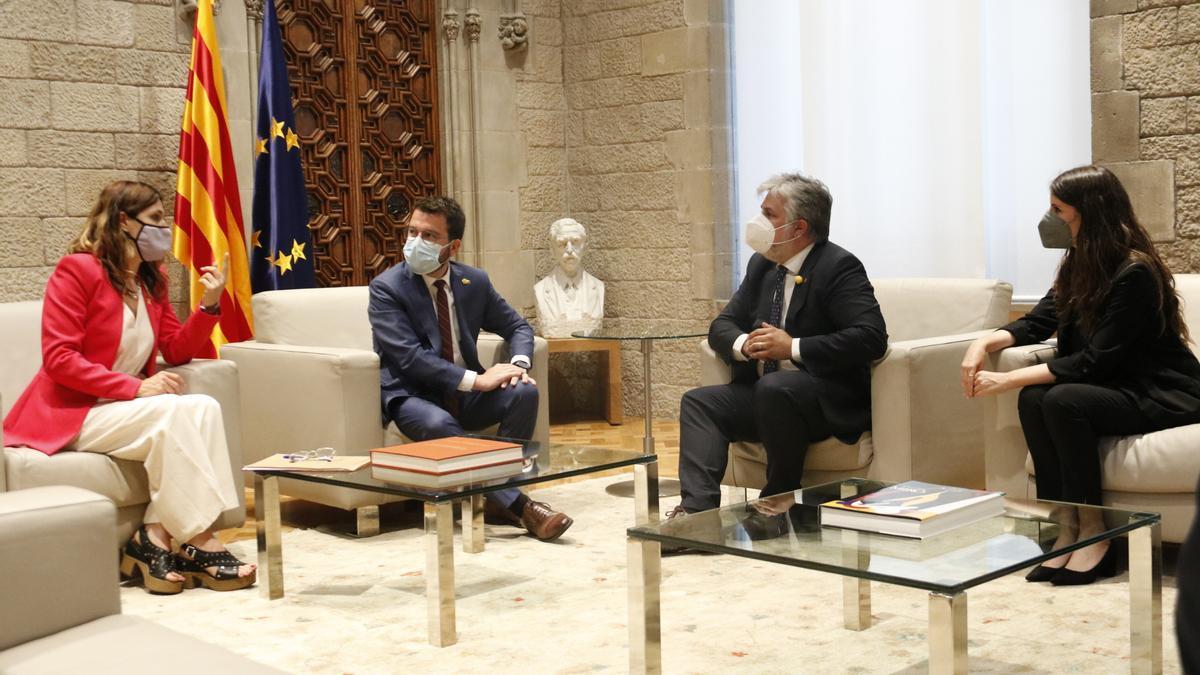 Pla general de la reunió del president de la Generalitat, Pere Aragonès, i la consellera de Presidència, Laura Vilagrà, amb el líder de JxCat al Parlament, Albert Batet, i la portaveu Mònica Sales el 14 de juny de 2021 (Horitzontal)