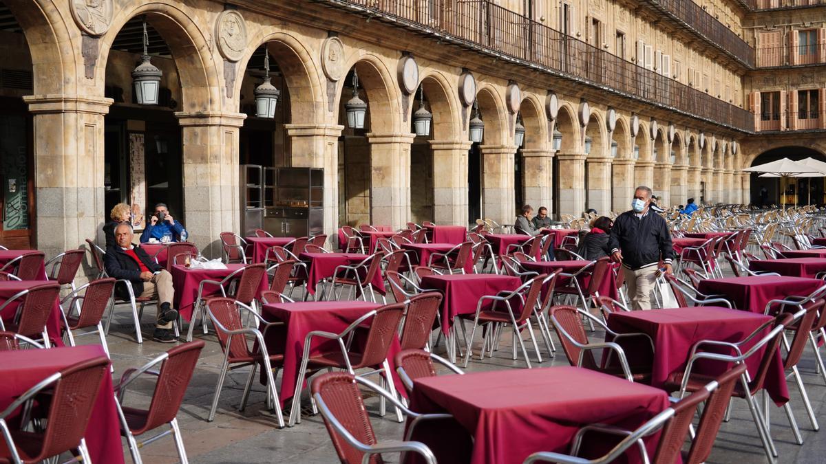 Una terraza semivacía en Salamanca, en el primer día de su confinamiento.