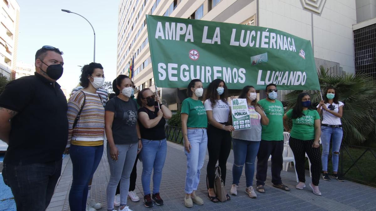 Concentración de representantes de ampas ante la Delegación de Educación de la Junta en Córdoba.