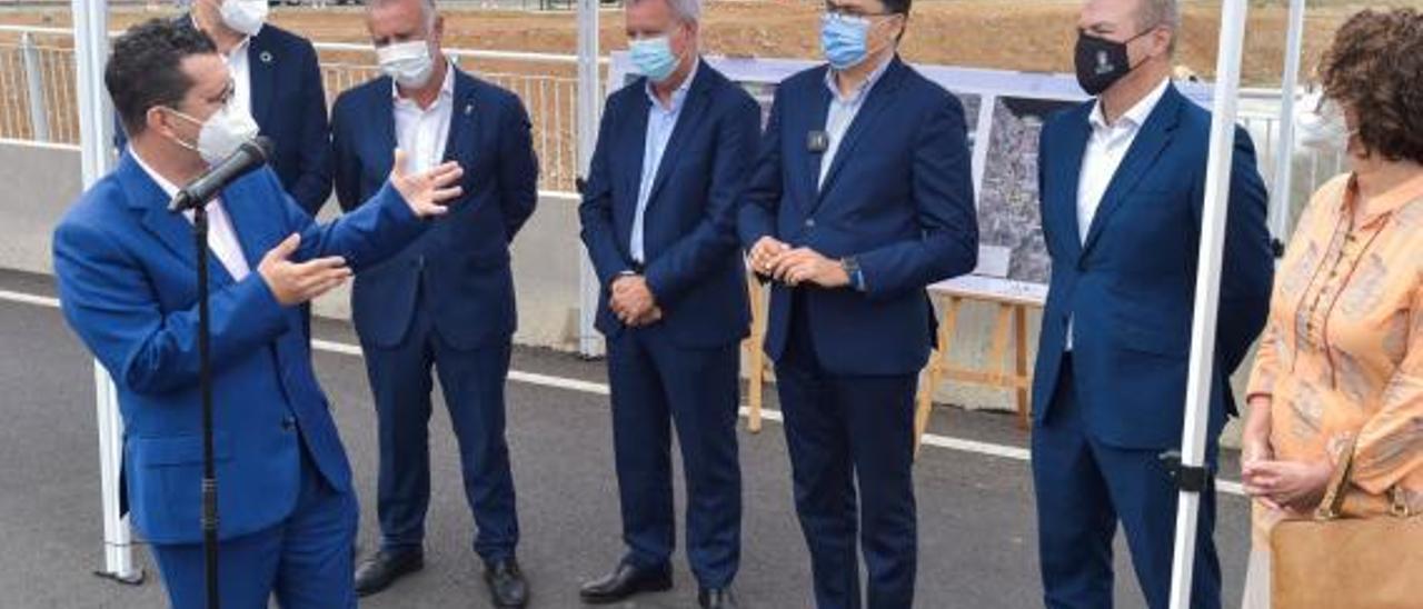 El alcalde de Arucas, Juan Jesús Facundo, se dirige a los representantes del Gobierno y del Cabildo en la apertura de la IV Fase de la Circunvalación.  