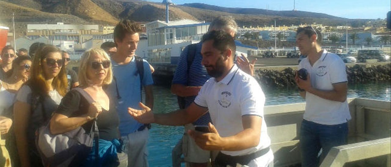 El barco de César Espino ha recibido en los últimos días a numerosos turistas.