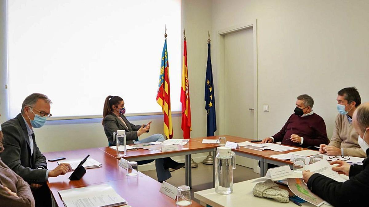 Mireia Mollà en la reunión con el presidente y el secretario de la Acéquia Real del Júcar. | LEVANTE-EMV