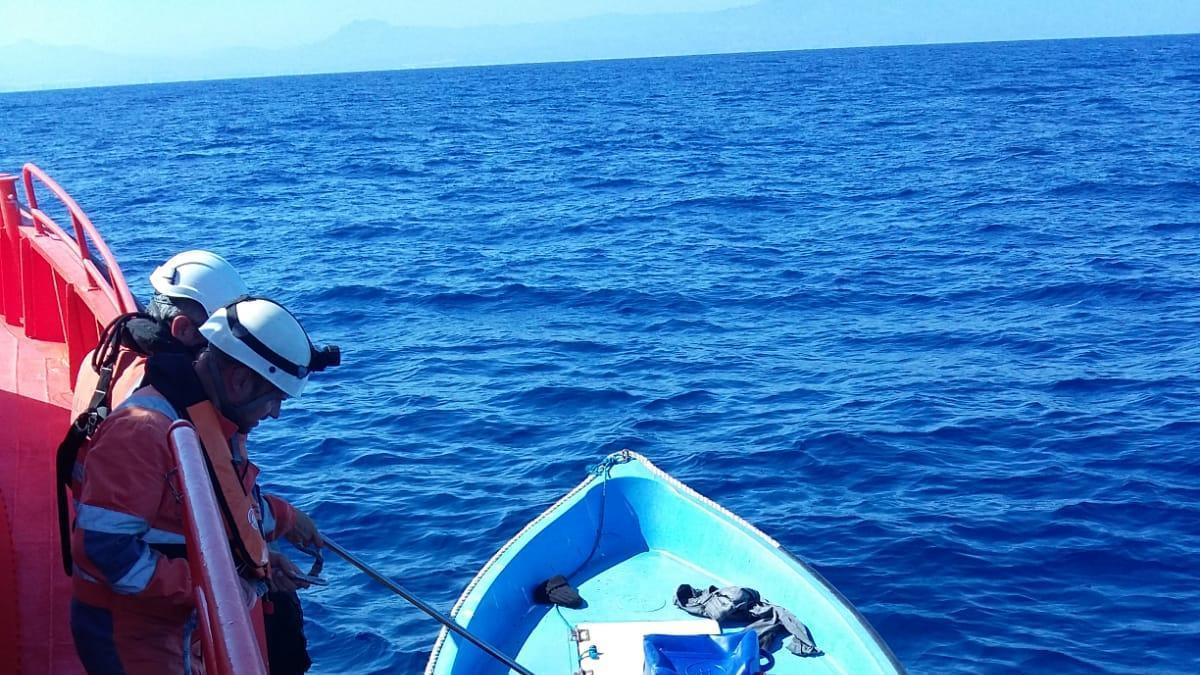 Momento del abordaje de la patera a la deriva por la embarcación de Salvamento Marítimo