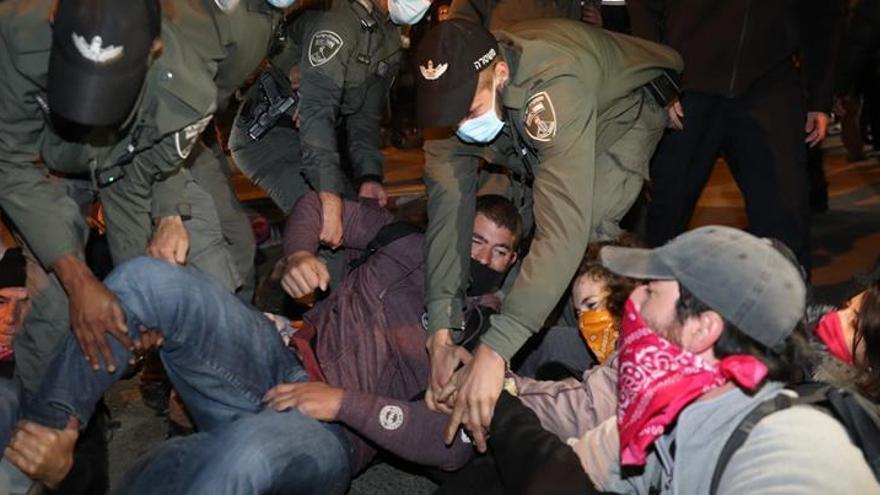 Un muerto y 30 detenidos en nuevas protestas contra Netanyahu en Israel