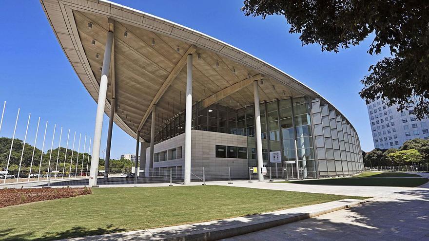 Las filtraciones en el Palacio de Congresos obligan a sustituir las fuentes del exterior por césped