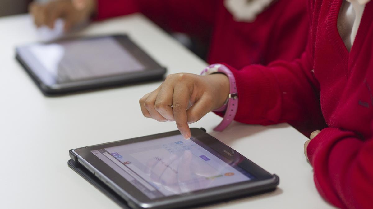 Escolares manejando sus tablets en un colegio