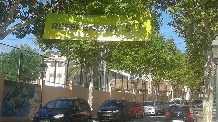 Cuelgan una pancarta a favor del referéndum catalán en Alaró
