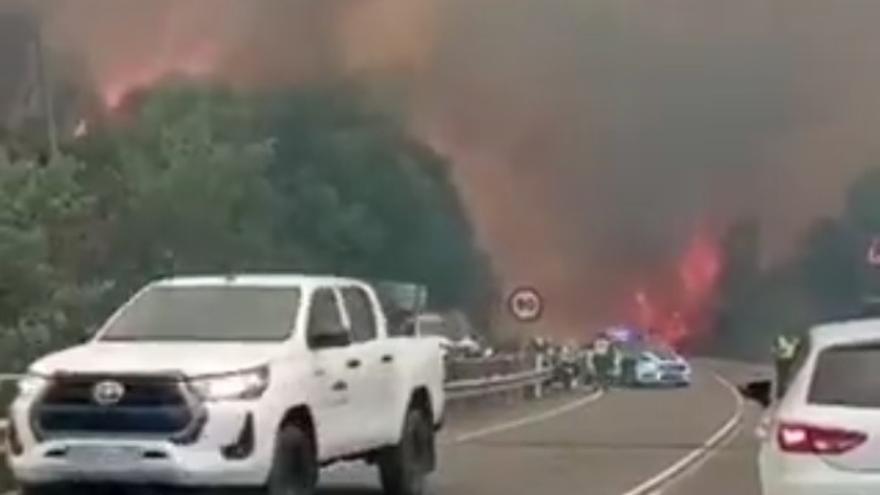 La proximidad de las llamas a las casas en Ribas de Sil activa el nivel 2 de emergencia
