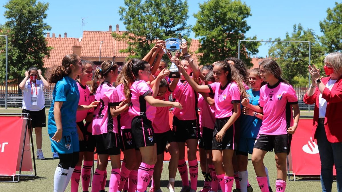 Las jugadoras del Sporting Huelva alzan el trofeo.
