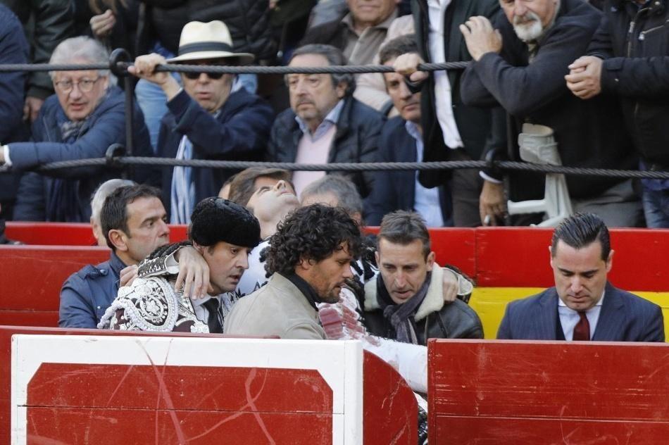 Enrique Ponce, corneado en la Feria de Fallas