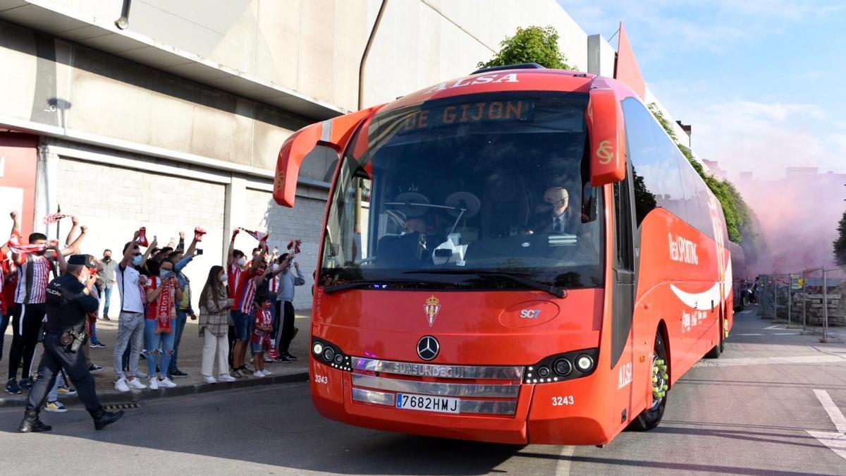 El autobús del Sporting, llegando a El Molinón
