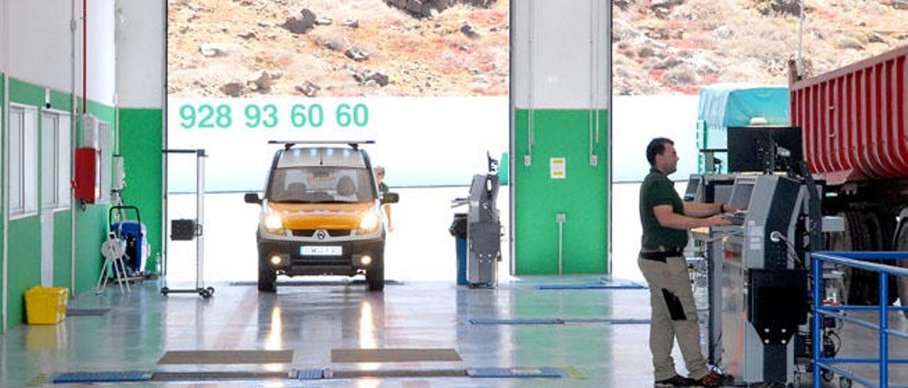 Una furgoneta y un camión son inspeccionados, ayer, en la ITV de La Pardilla.