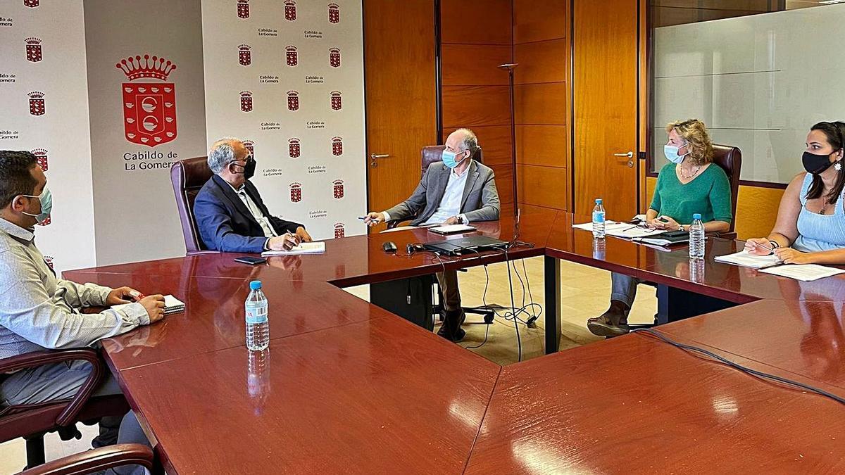 Un momento de la reunión celebrada ayer en el Cabildo de La Gomera.