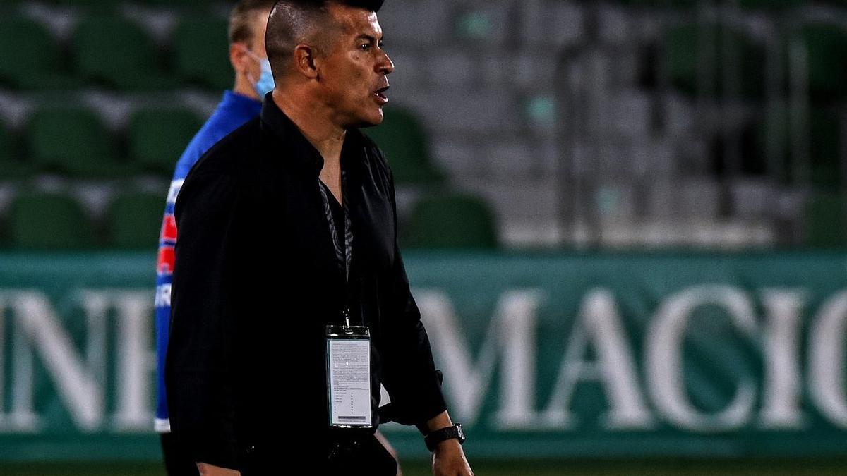 El entrenador del Elche Jorge Almirón durante un partido esta temporada.